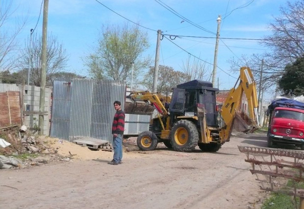 maquina trabajando en calle usurpada 02