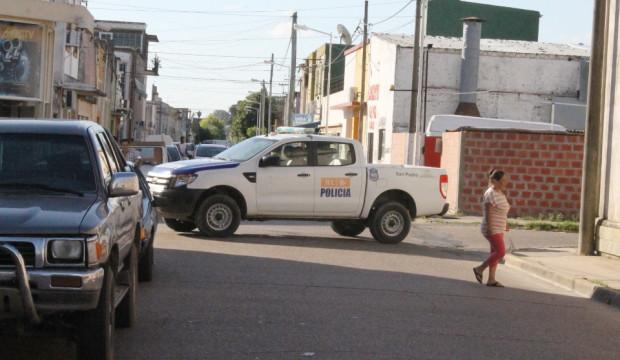 patrullero cruzado calle