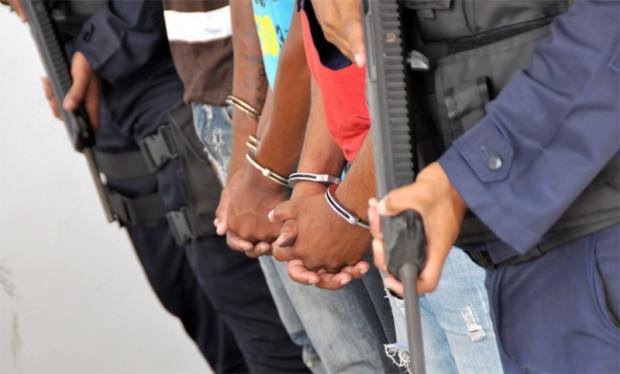 detenidos esposado