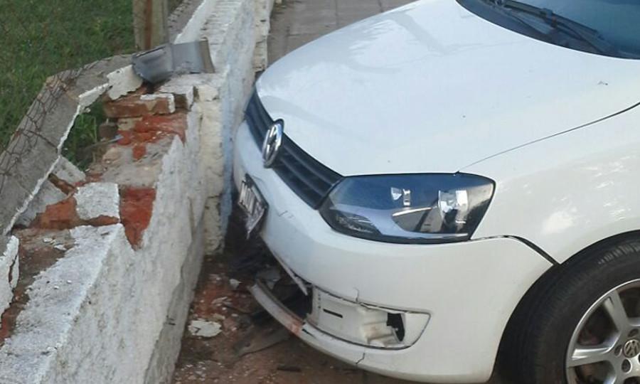 auto choco pared estadio 01