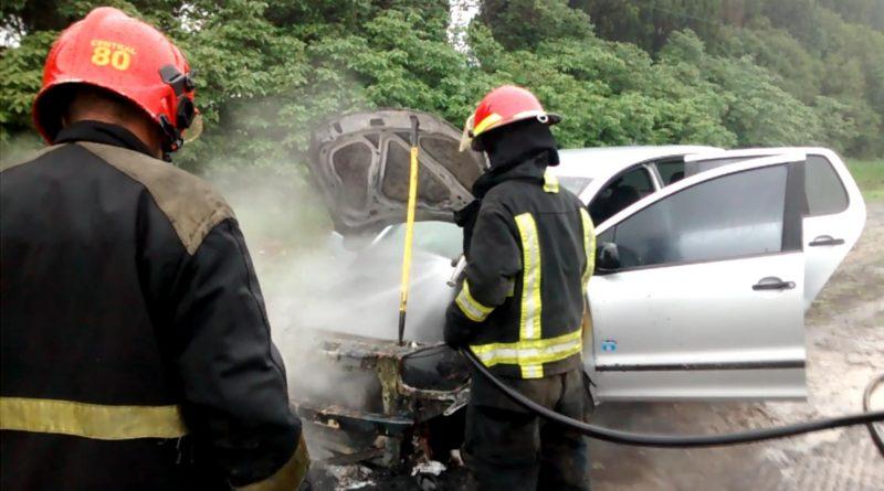 bomberos-sofocando-incendio-auto