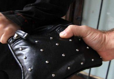 Motochorros robaron una cartera