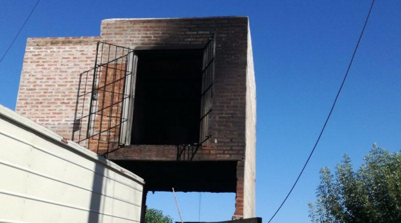Un incendio provocó daños en una propiedad y un vehículo