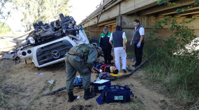 *Video: Un camión despistó y cayó del puente del Arroyo El Tala
