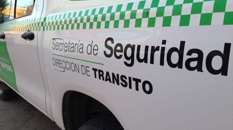Un auto chocó a otros dos que estaban estacionados en la zona céntrica