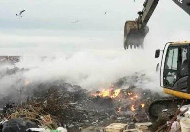 Baradero: Llegó una topadora para extinguir el fuego del basural