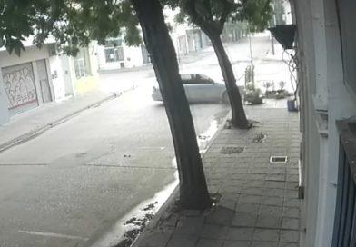 [Video] Chocó contra restautante céntrico tras perder el control de su auto
