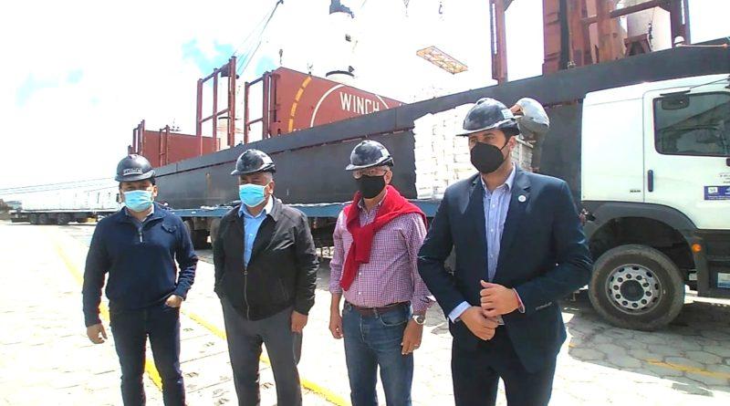 Puerto: Salazar realizó una recorrida por la carga de harina junto al Embajador Cubano y al Subsecretario de Puertos de la Provincia